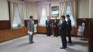 ▲松井知事から監査委員の辞令交付