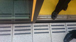 ▲バリアフリーに配慮された車両と駅のホーム