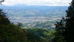 ▲山あいから見える奈良県五條市の町並み