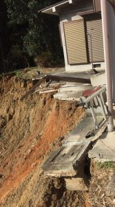 ▲家屋下の崖崩れ現場
