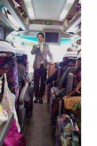 ▲バス車内での府政報告の様子