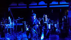 ▲落慶祭で幻想的な音楽を奏でるサキタハジメ氏