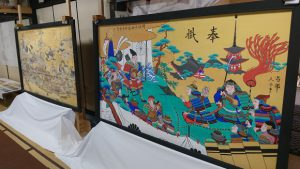 ▲写真右が復元された絵馬で、左が復元前の絵馬