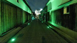 ▲ライトアップされた酒蔵通りと白壁