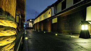▲ライトアップされた「天野酒」前の酒蔵通りと白壁