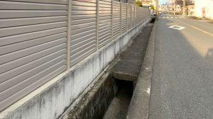 ▲(株)吉年前の壁沿いの水路側溝