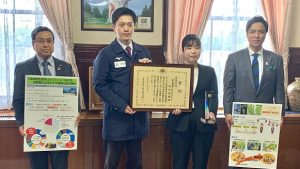 ▲受賞者の田中さんや吉村知事と