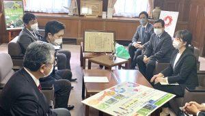 ▲研究テーマについて吉村知事に説明する様子