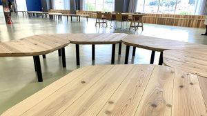 ▲施設内の「おおさか河内材」のテーブルや椅子