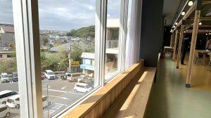 ▲窓際にも設置されている休憩スペース